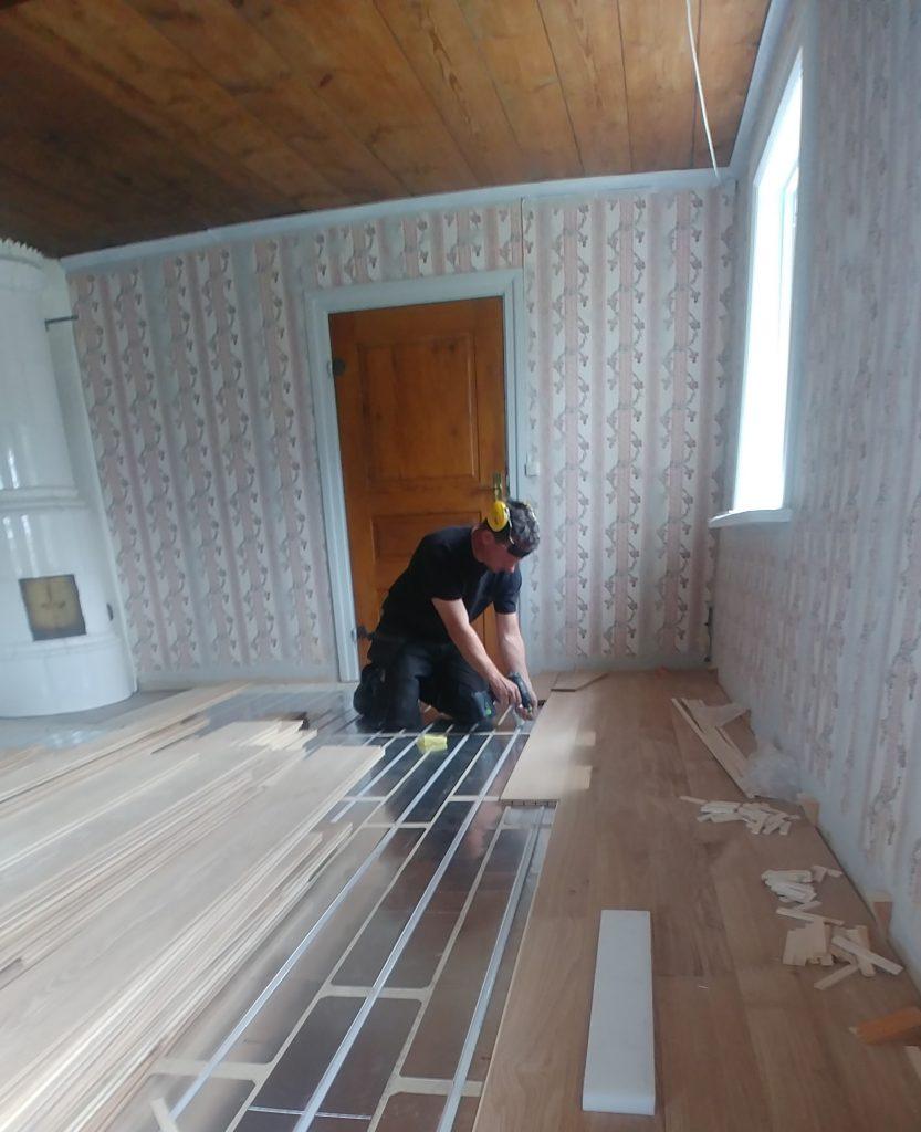 Läggning av ängavången ekgolv på golvvärme