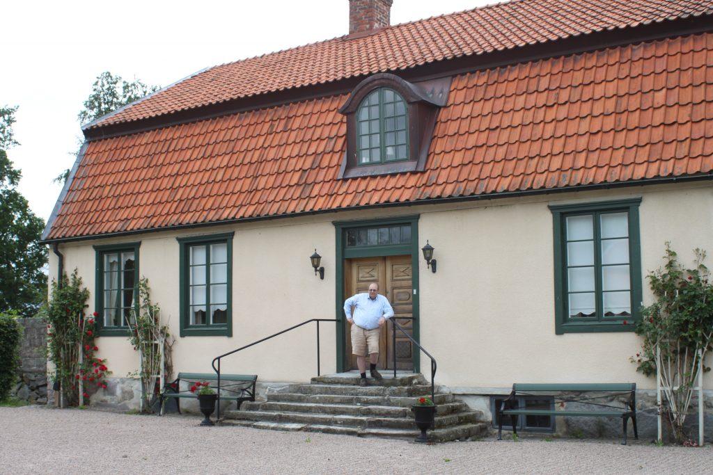 William Hamilton på trappan till godset Ströö Gård
